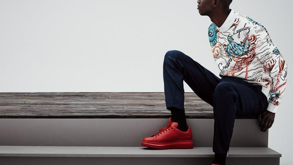 Как и с чем носить красные кроссовки
