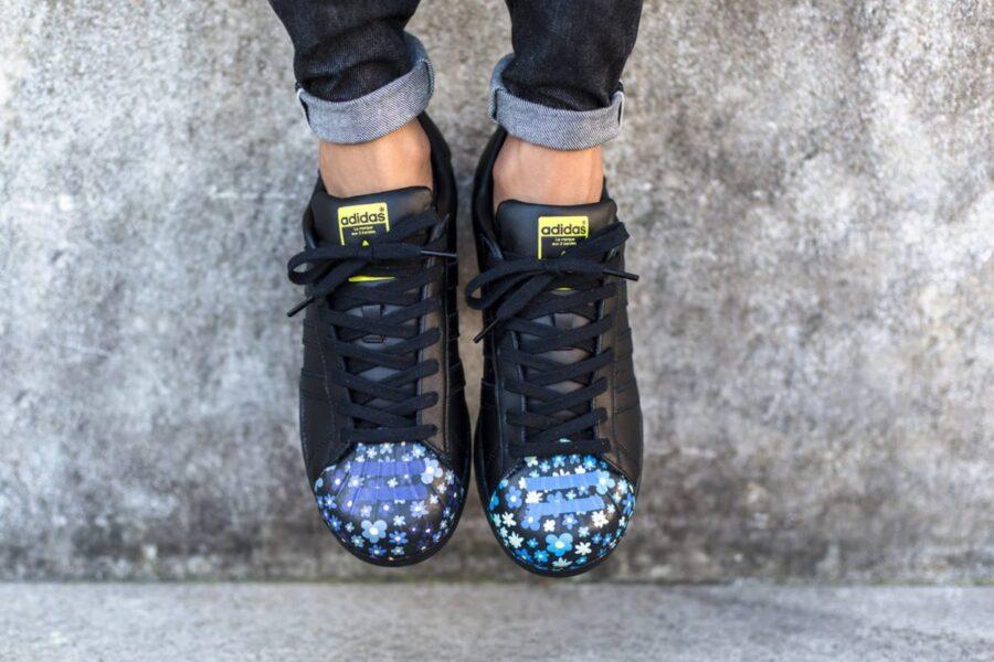 Как и с чем носить черные кроссовки?