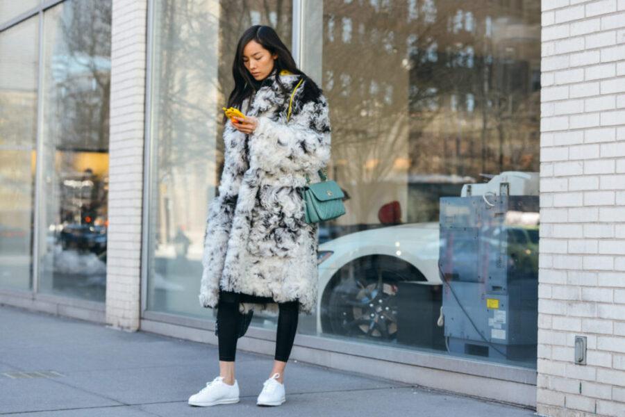 Как носить девушке пальто с кроссовками