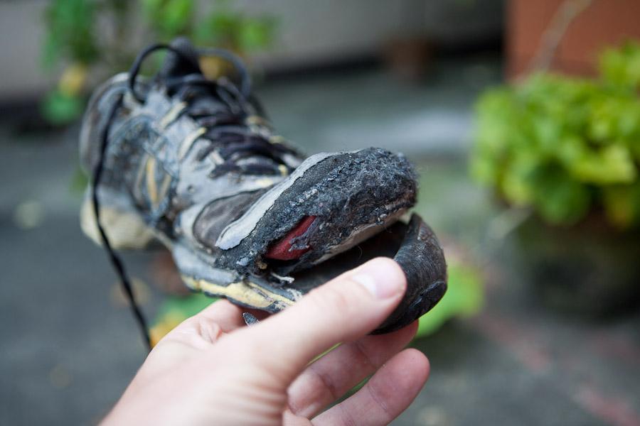 Как заклеить носок кроссовка дома
