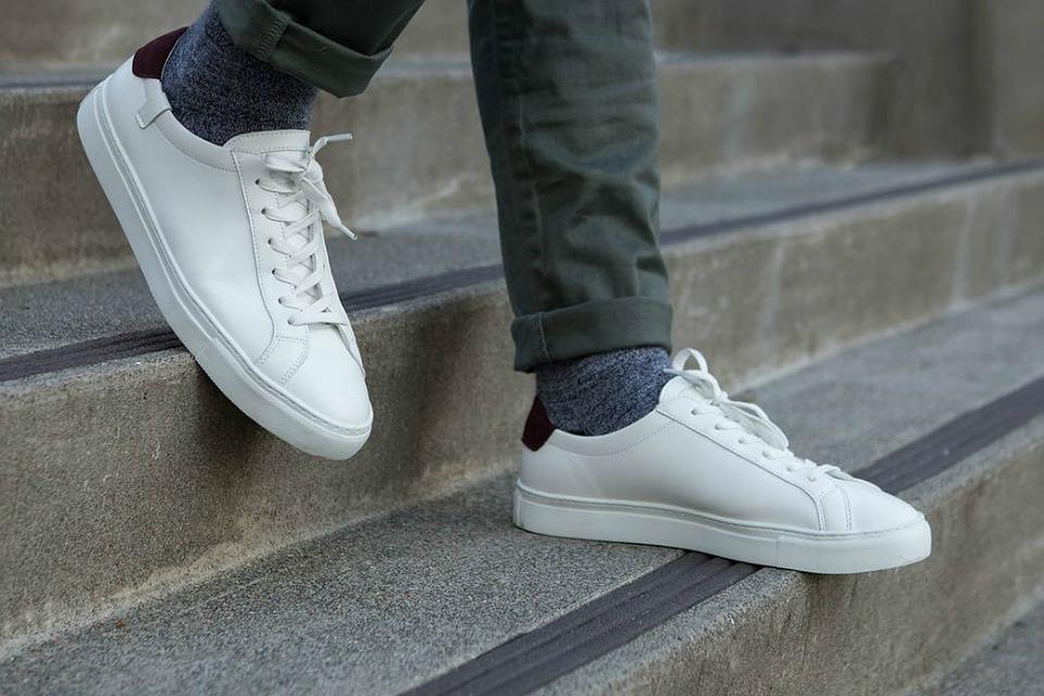Белые кроссовки с чиносами