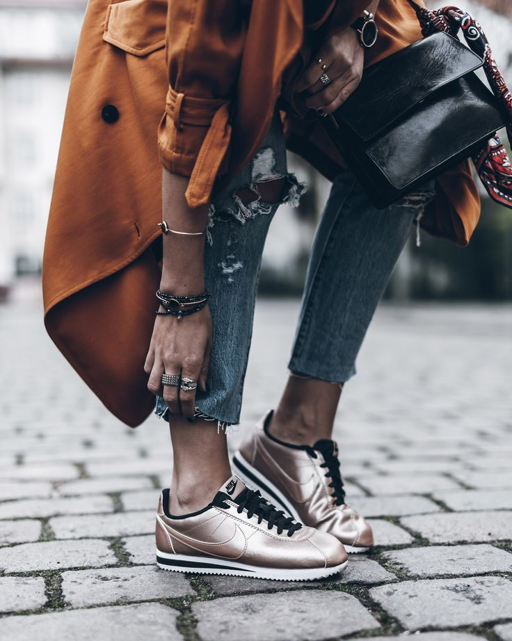 пальто с коричневыми кроссовками