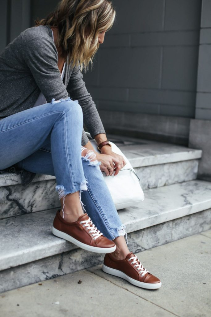 коричневые кроссовки с джинсами