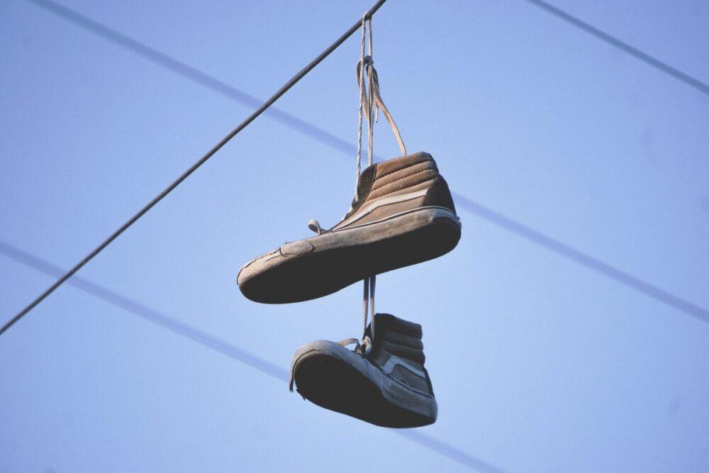 Что означают висящие на проводах кроссовки?